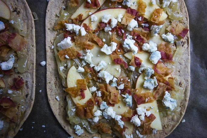 caramelized onion, bacon & apple flatbread pizza recipe with blue cheese