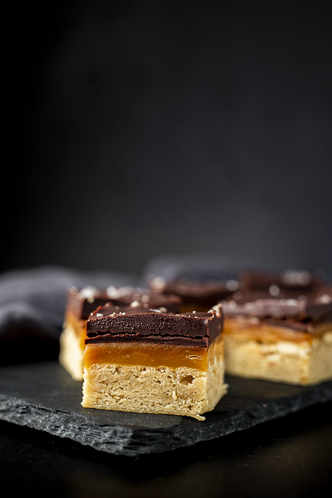 cookie bar with shortbread, caramel and chocolate