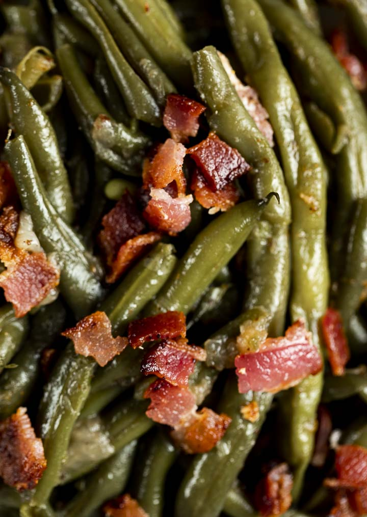 cooked green beans sprinkled with bacon